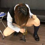 女の子はおしっこをドコまでコントロール出来るのか実験してます